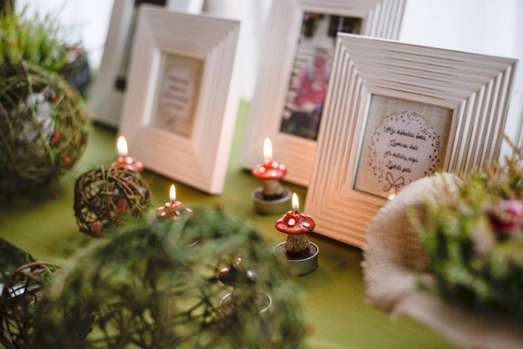 Miško tema stalo dekoracijos, puošimai: žvakutės - musmirės, rėmeliai su užrašu