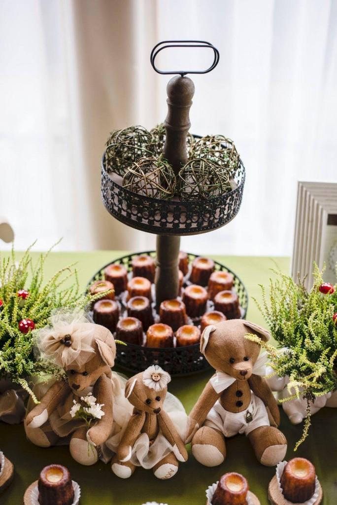 Saldus stalas ir dekoracijos: kanelės, meškiukai, viržiai