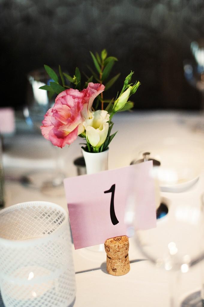 Vestuvės - stalo numeriai ir vardų kortelės ant butelio kamščių