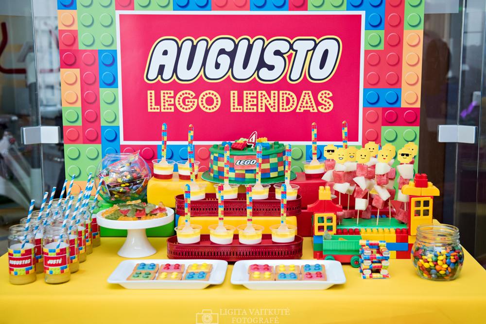 Lego gimtadienis Robotikos akademijoje - dekoruotas saldus stalas ir papuošimai