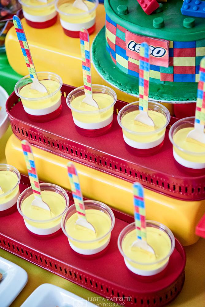 LEGO gimtadienis - saldusis stalas - želė indeliuose ir dekoruoti mediniai šaukšteliai