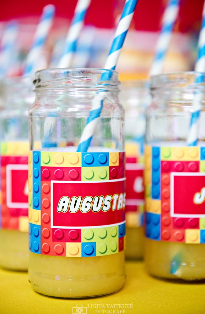 LEGO gimtadienis - buteliukai su etiketėmis ir šiaudeliais