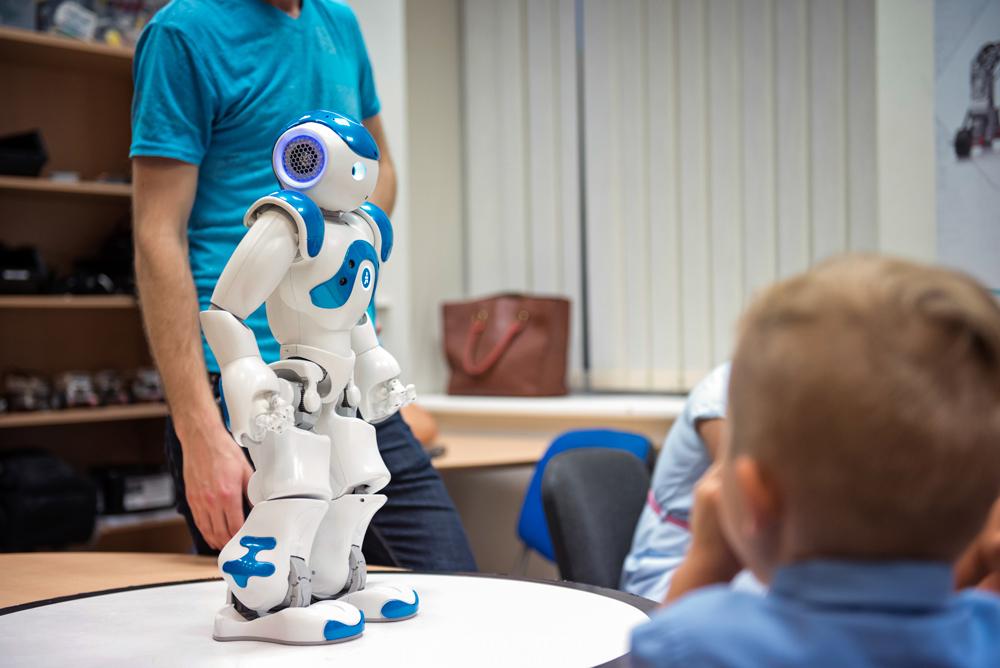 Kalbantis robotas Robotikos akademijoje