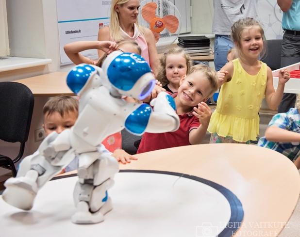 Vaikai sportuoja kartu su robotuku