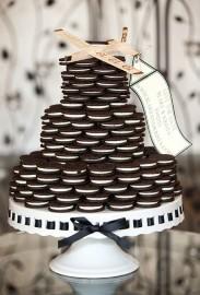 Oreo sausainių trijų aukštų tortas su lėktuvu