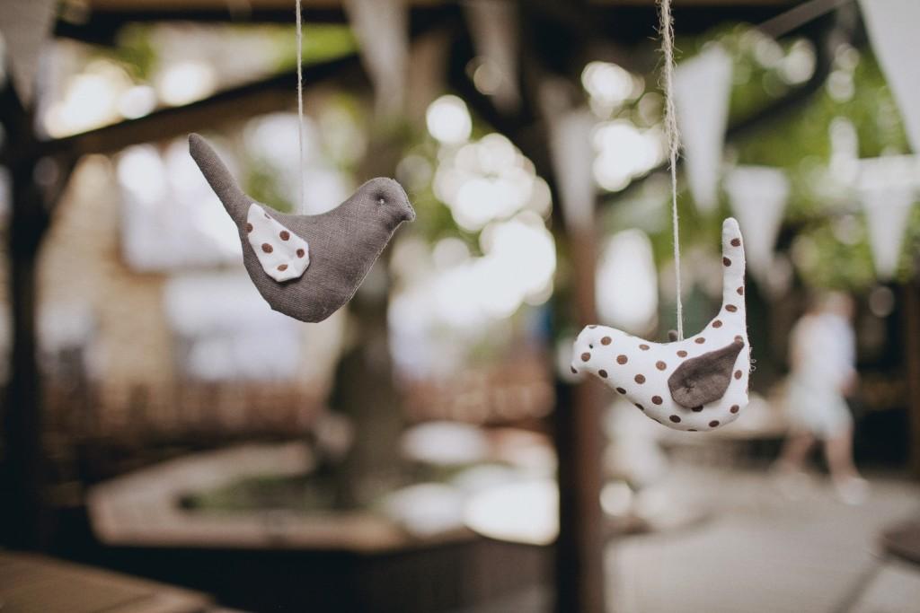 Medžiaginiai kimšti rankų darbo siųti pakabinami paukšteliai, dekoracijos