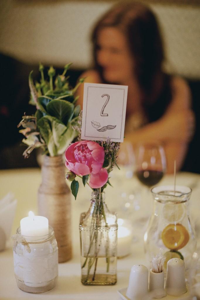 Rustic stiliaus stalų dekoras, bijūnai, vazelės, buteliai su virve