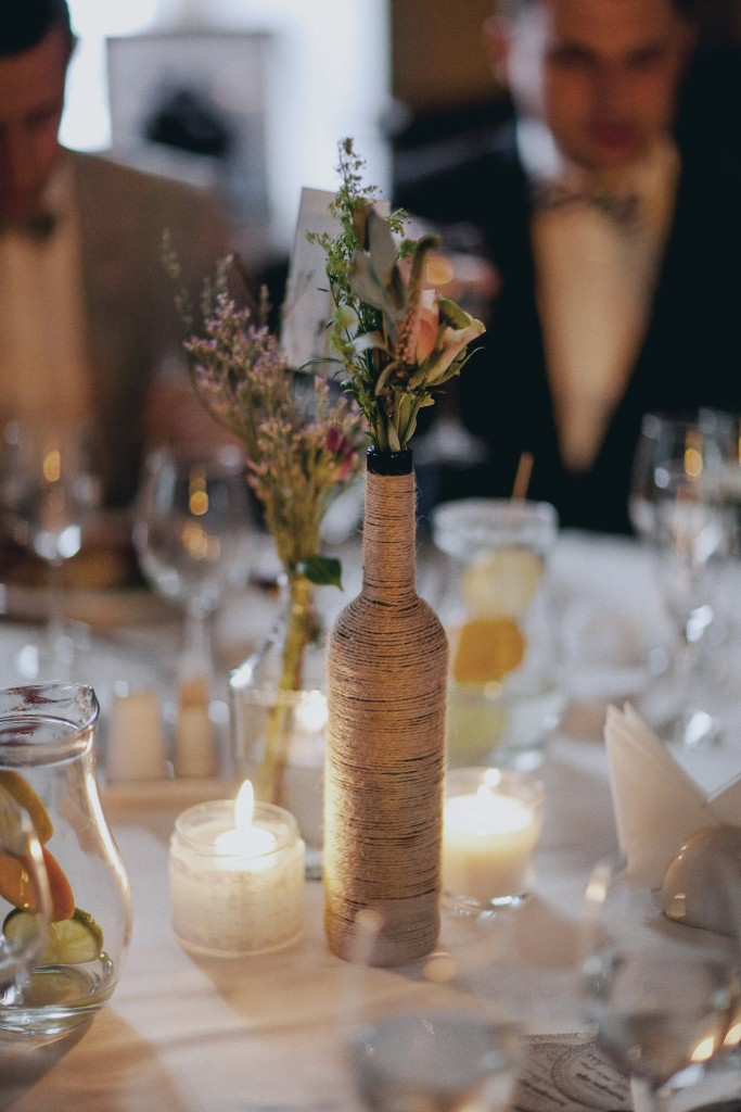 Stalo dekoras, rustic tema, butelio vaza, apvyniota virve, špagatu