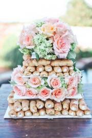 Vestuvės - originalus sausainių, bandelių tortas, dekoruotas rausvomis pastelinėmis rožėmis